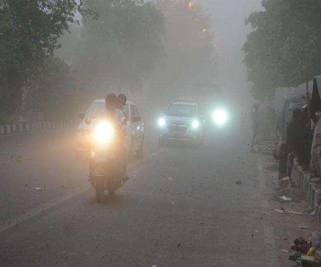 तेज हवा चलने से शाम को गाड़ियों को अपनी हेडलाइट जलानी पड़ी।