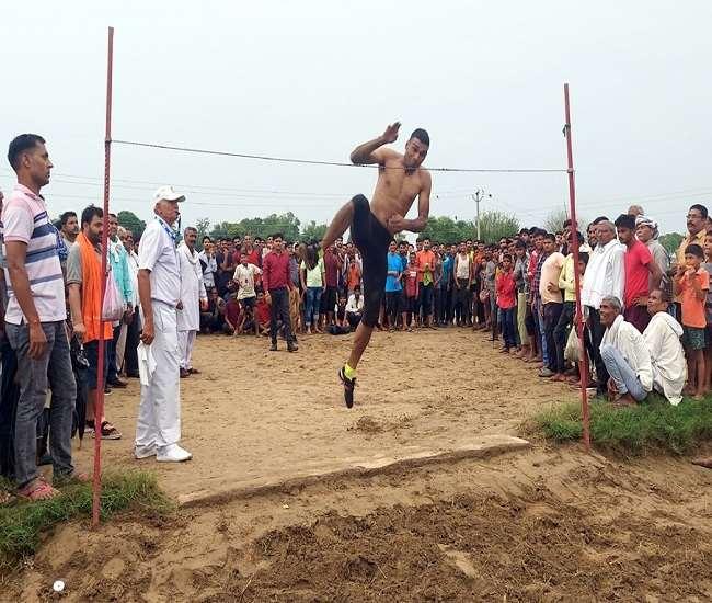 40वीं वार्षिक खेलकूद प्रतियोगिता में प्रतिभाग करता खिलाड़ी।