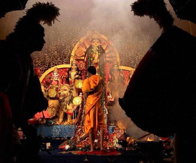 Shardiya Navratri Aarti: नवरात्रों में पूजा के दौरान जरूर करें मां दुर्गा की आरती