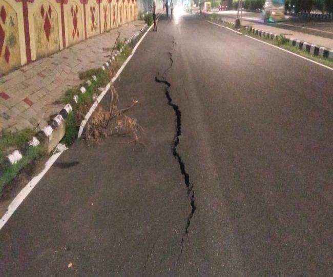 पालम फ्लाईओवर से दिल्ली कैंट मेट्रो स्टेशन की तरफ जाने वाली सड़क की सर्विस लेन में बड़ी दरार आ गई।