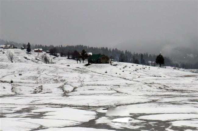 श्रीनगर शहर में भी सुबह-शाम ठंड का अहसास होने लगा है।