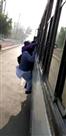 भीड़ के कारण चलती बस से गिरा बुजुर्ग, वीडियो वायरल