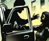 युवती को चलती कार से फेंककर भाग निकले चार मनचले, पहचान में जुटी पुलिस