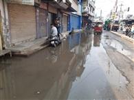 सड़क पर भरा गंदा पानी बिफरे कारोबारी, हंगामा