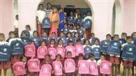 स्कूली बच्चों को मिला बैग, खिले चेहरे