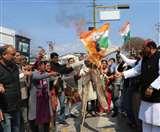 उत्तराखंड में फॉरेस्ट गार्ड परीक्षा को लेकर कांग्रेस हुई आक्रामक, सरकार का पुतला जलाया