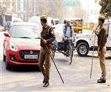 Delhi Violence: नोएडा में पुलिस सतर्क, डीएम ने दिए शराब की दुकानें बंद रखने केे आदेश