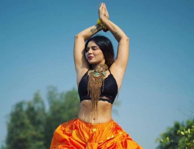 Aashka Goradia strike a Yoga Pose. Photo- Instagram