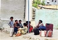 बाजार में खुलेआम घूम रहे प्रवासी, संक्रमण की चिंता नहीं
