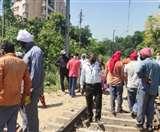 गांव का रास्ता बंद करने पर भड़के ग्रामीण, रेलवे प्रशासन के रवैये पर जताई नाराजगी