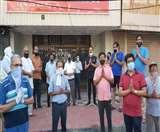 Lockdown 4.0: मेरठ में बाजार खुलवाने के लिए व्यापारियों का दबाव, दुकानों के आगे हुए खड़े