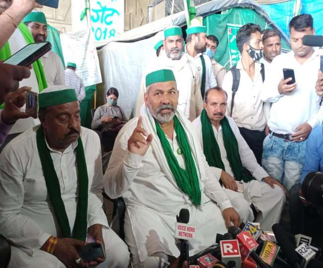 यूपी गेट स्थिति कृषि कानून विरोधी धरना स्थल पर प्रेस वार्ता करते भारतीय किसान यूनियन के राष्ट्रीय प्रवक्ता राकेश टिकैत।