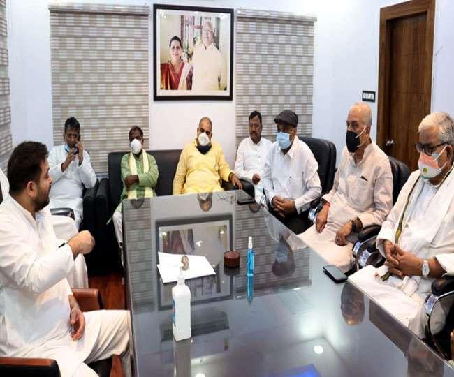 दिल्ली से लौटने के बाद पार्टी पदाधिकारियों के साथ भावी रणनीति बनाते तेजस्वी यादव। जागरण