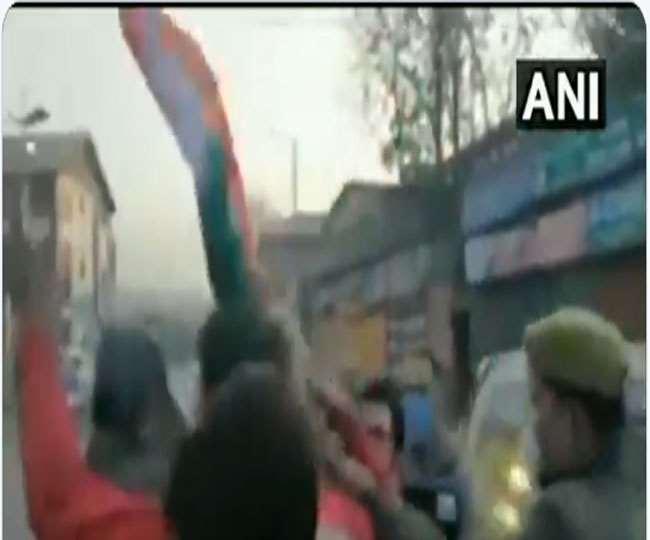 तिरंगा फहराने लाल चौक पहुंचे भाजपा कार्यकर्ता, पुलिस ने हिरासत में लिया