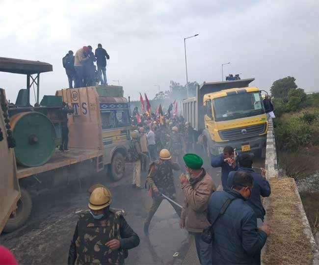 अंबाला में हरियाणा- पंजाब बार्डर पर पुलिस ने किसानों पर ओसू गैस के गोले छोडें और लाठीचार्ज किया।