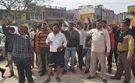 अवैध वसूली के विरोध में उतरे ऑटो चालक, निगम कार्यालय पर प्रदर्शन