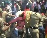 Delhi Violence: CPI कार्यकर्ताओं ने की अमित शाह का पुतला जलाने की कोशिश, पुलिस ने हिरासत में लिया