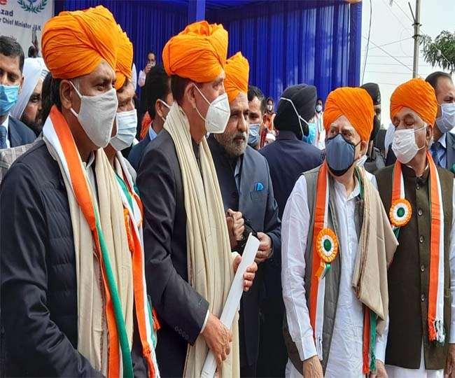 जम्मू कश्मीर के पूर्व मुख्यमंत्री गुलाम नबी आजाद समेत आधा दर्जन दिग्गज कांग्रेसी शुक्रवार को ही जम्मू में पहुंच गए।