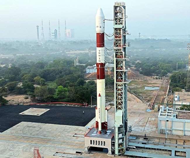 इसरो का पीएसएलवी-सी51(PSLV-C51) रॉकेट प्रक्षेपण की तैयारी। (फोटो: ट्विटर/इसरो)