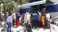 बैंकों के आगे लग रही भीड़, विधायक ने जताया ऐतराज