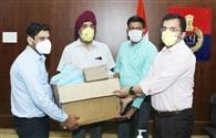 महेंद्र शाह ने एसपी को सौंपे 10 हजार मास्क और 200 सैनिटाइजर