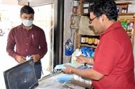 कोरोनाकाल में सैनिटाइजर व मास्क की मांग बढ़ी