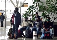हवाई अड्डे पर शारीरिक दूरी के नियम हुए हवा-हवाई