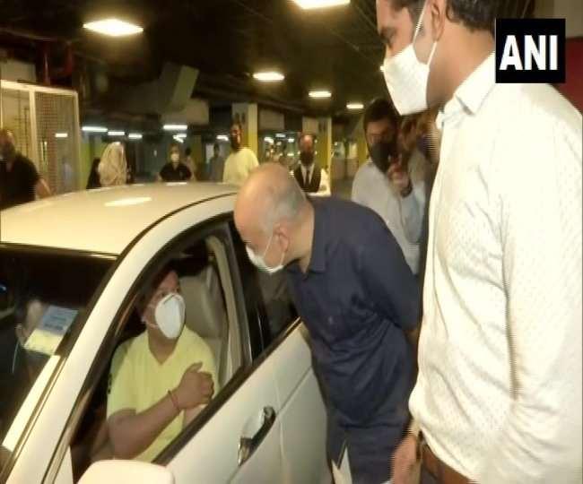 दिल्ली के डिप्टी सीएम मनीष सिसोदिया ने सेलेक्ट सिटी वॉक में ड्राइव थ्रू वैक्सीनेशन का शुभारंभ करते हुए