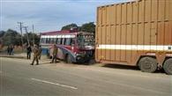 सड़क के किनारे खड़े कंटेनर से टकराई बस, 18 यात्री घायल