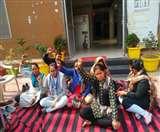 महिला हेल्प लाइन की Workers ही 'बेबस', बैठना पड़ा धरने पर Agra News