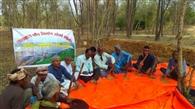 खेत तक पानी लाने के लिए श्रमदान से किसान खुद कर रहे पइन की खुदाई