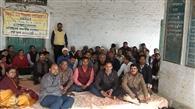 11 वें दिन भी हड़ताल पर डटे रहे नियोजित शिक्षक, सौंपा ज्ञापन