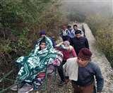 यहां पीठ और डोली ही एंबुलेंस है, क्योंकि सड़क अब तक इन गांवों में नहीं पहुंची nainital news