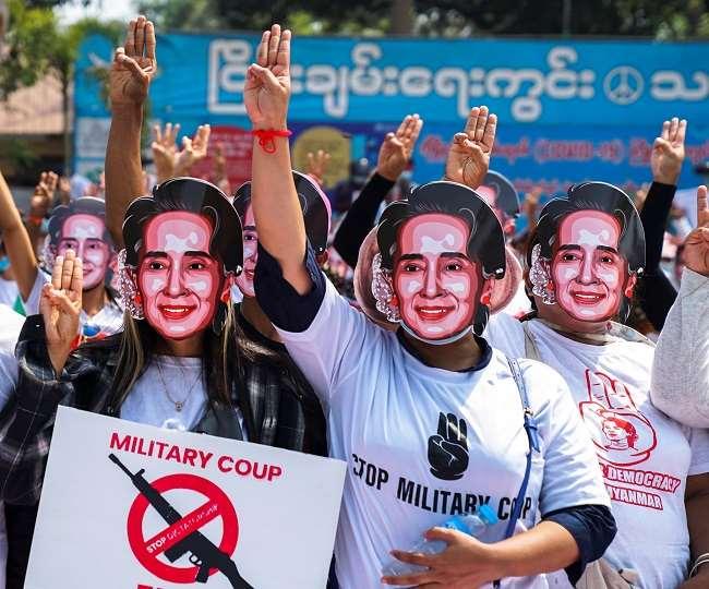 प्रदर्शनकारी देश की सर्वोच्च नेता आंग सान सू को रिहा करने की मांग कर रहे हैं।