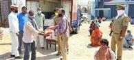 विकलांग व असहायों के बीच बांटा खाद्यान्न