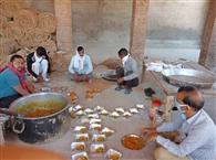 दानवीरों की रसोई से भर रहे गरीबों के पेट
