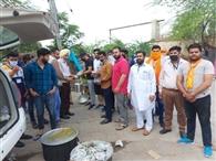 रोजाना 1400 लोगों को सुबह व शाम भोजन करवा रही शिवसेना