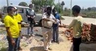 राहगीरों को पुलिस करा रही भोजन