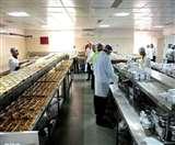 Corona effect: गरीबों की भूख मिटा रहा IRCTC, सभी बेस किचन में बनाया जा रहा भोजन