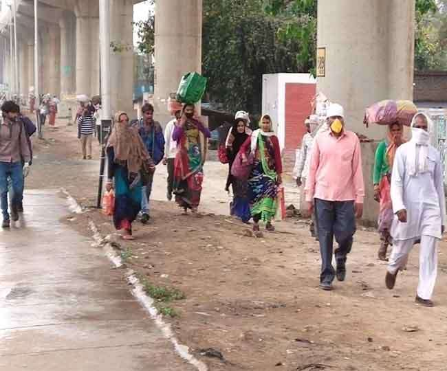 Laborers migrating from Delhi NCR on foot with family