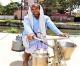 कर्मयोद्धाः रोज सुबह घर के दरवाजे तक दूध पहुंचाने के साथ लोगों को जागरूक कर रहे विजय