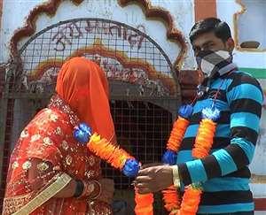 Lockdown में अजब-गजब शादी: इस दूल्हे ने 100 किमी साइकिल चलाई, मंदिर में शादी रचाई