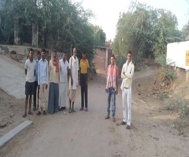 जसपुरा क्षेत्र के इछावर गांव के बाहर पहरेदारी करते ग्रामीण।