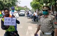 मॉस्क न पहनने वालों को पुलिस ने किया शर्मिंदा