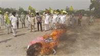 भाकियू एकता उगराहां ने केंद व राज्य सरकार के खिलाफ किया प्रदर्शन