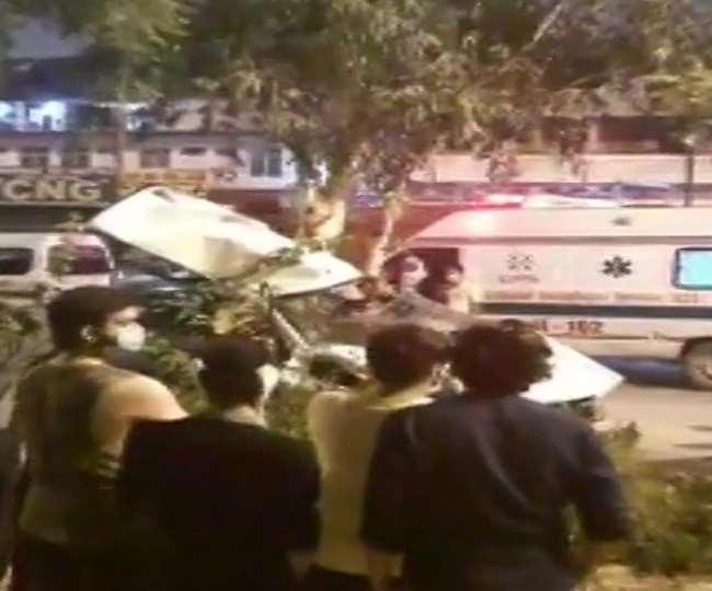 Delhi Accident News: तेज रफ्तार होंडा सिटी कार फ्लाईओवर से नीचे गिरी, 2 लोग हुए घायल