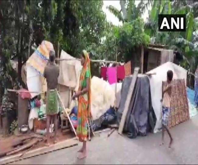 ग्रामीणों ने सड़कों पर बने मकानों में शरण ली। (फोटो- एएनआई)