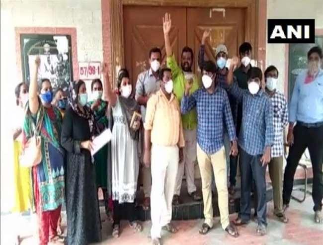 आंध्र प्रदेश में कॉन्ट्रैक्ट बेसिस लैब तकनीशियनों को नौकरी खोने का भय, किया विरोध।