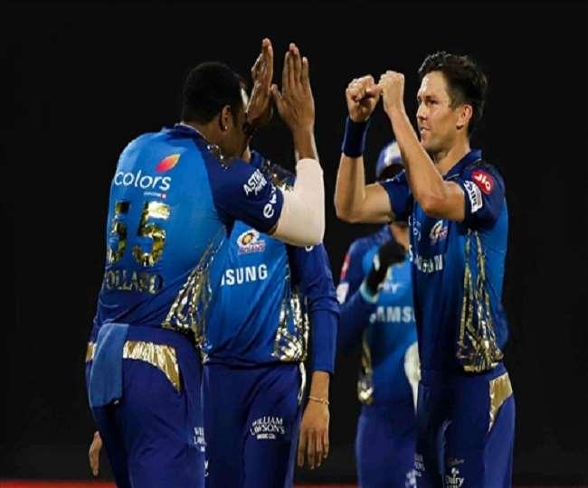 मुंबई इंडियंस की टीम के खिलाड़ी विकेट का जश्न मनाते (फोटो पीटीआई)