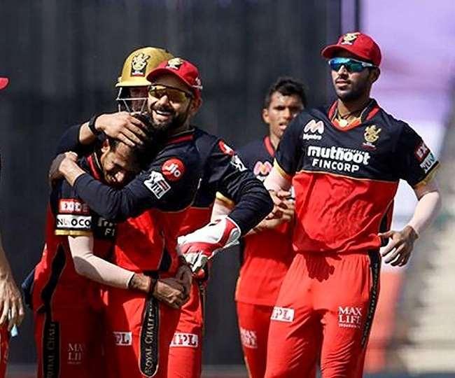 रॉयल चैलेंजर्स बैंगलोर की टीम के खिलाड़ी जीत का जश्न मनाते (फोटो पीटीआई)